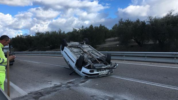 Estado en el que quedó el vehículo tras volcar en la N-432 a la altura de Castro del Río