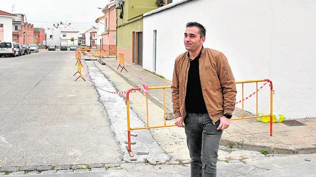 El concejal Pedro Velasco visita las obras de reforma en la barriada palmeña de Rafael Alberti