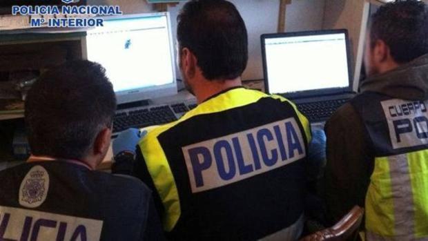 Tres policías rastrean los equipos incautados a los detenidos