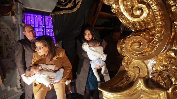 Paso de los niños bajo el manto de la Virgen de los Dolores