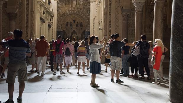 Turistas entre el trascoro y la capilla de Villaviciosa de la Mezquita-Catedral de Córdoba