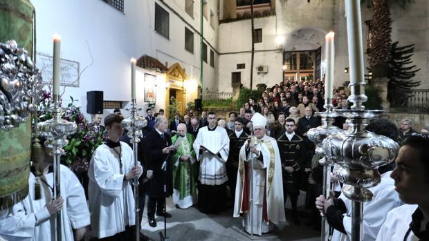 El obispo de Córdoba, ante la puerta de San Pablo