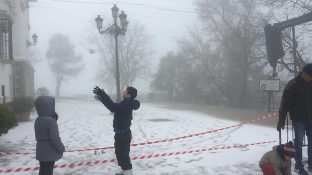 Niños jugando con la nieve en el Santuario de la Virgen de la Sierra de Cabra