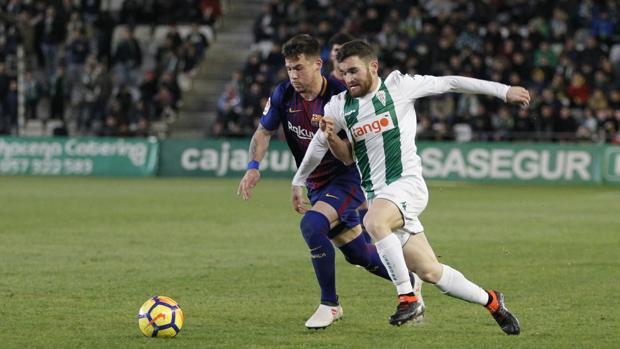 Javi Galán intenta avanzar ante la oposición de un rival