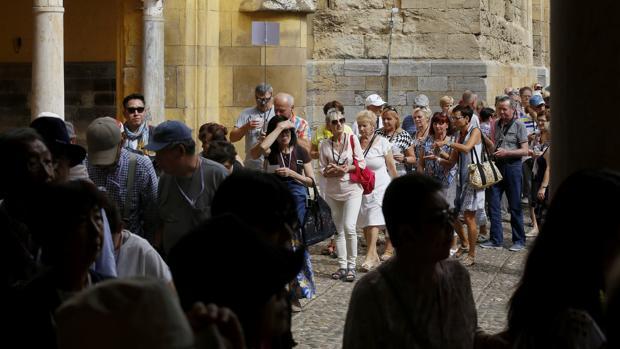 Un grupo de turistas hace cola en el Patio de los Naranjos para entrar a la Mezquita-Catedral de Córdoba
