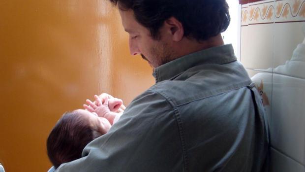 Un hombre cuida de su recién nacido