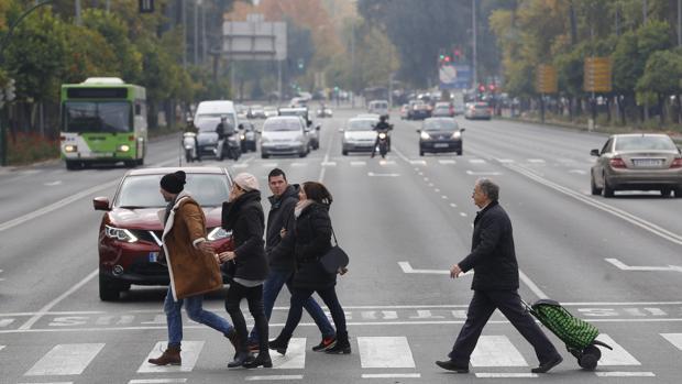 Peatones en la avenida de Conde de Vallellano
