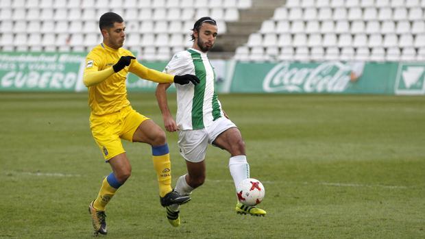 Soler pone un pase durante el duelo ante Las Palmas Atlético