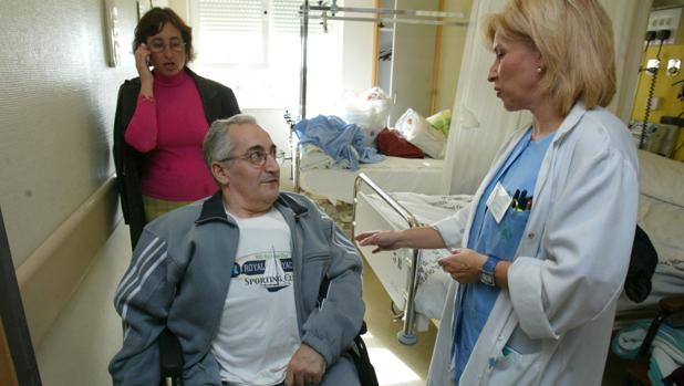 Una enfermera atiende a un paciente en el hospital Reina Sofía de Córdoba