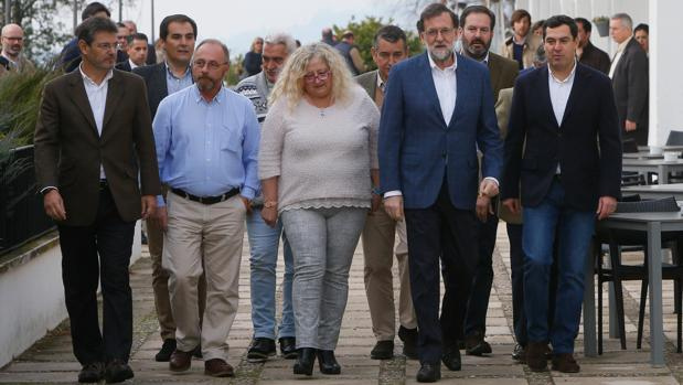 Mariano Rajoy, en Córdoba este domingo, junto a los padres de Sandra Palo y el padre de Marta del Castillo
