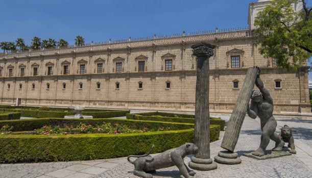 Imagen de los jardines exteriores del Parlamento de Andalucía