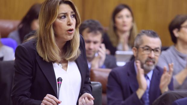 Salón de plenos del Parlamento con la presidenta Susana Díaz