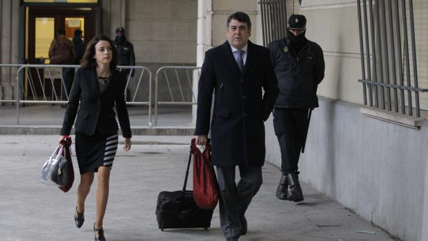 Lourdes Fuster y Luis García Navarro, abogados del PP llegando a la Audiencia de Sevilla