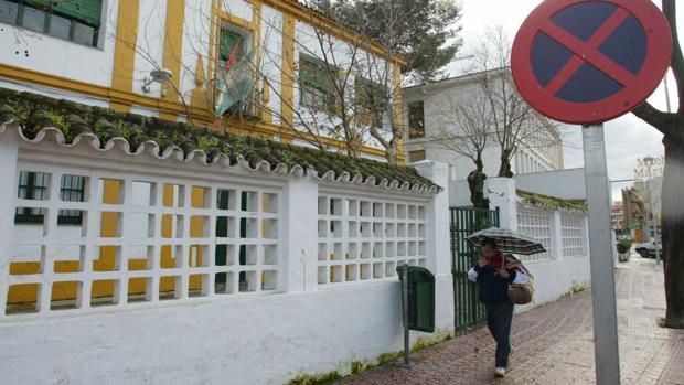 Fachada del colegio Cronista Rey Díaz, en la calle del mismo nombre que podría cambiar