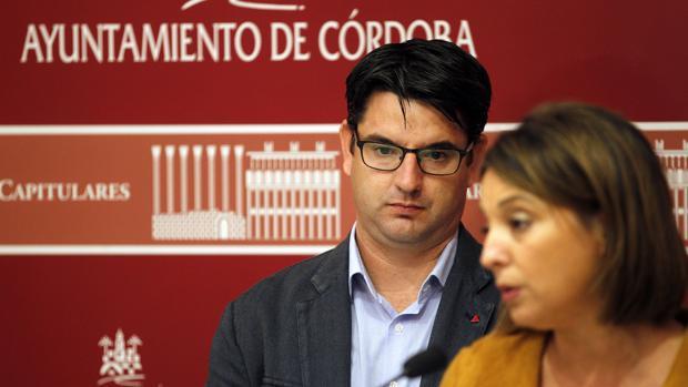 La alcaldesa habla en público en presencia de Pedro García