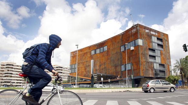 Un ciclista pasa delante del Hotel Córdoba Palace