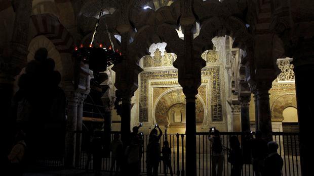 Un grupo de turistas fotografía el interior de la Catedral