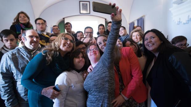 Los jóvenes asistentes a la entrega de premios se hacen un selfie con las autoridades