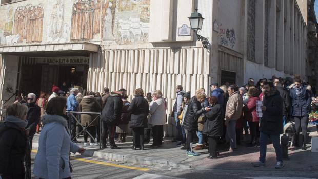 Colas de fieles en Granada
