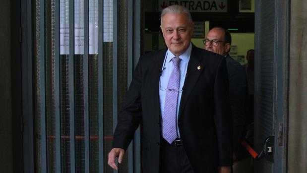 Ángel Ojeda saliendo del juzgado de Sevilla en mayo de 2016