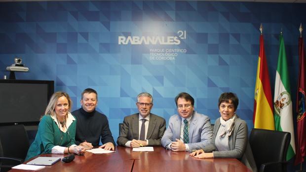 Firma del acuerdo en Rabanales 21