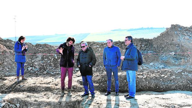El delegado de Cultura de la Junta junto al alcalde de Palma del Río y a arqueólogos