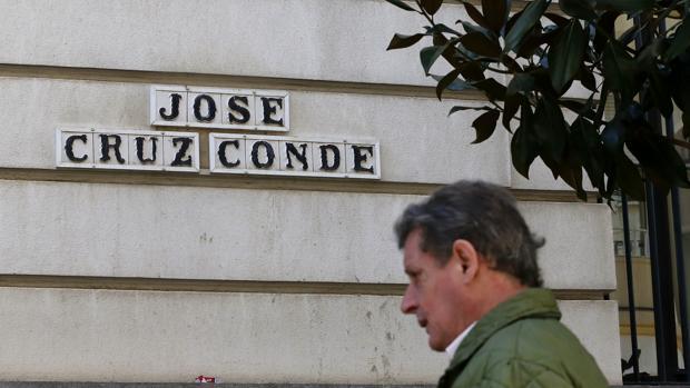 Un ciudadano delante de un rótulo con el nombre de José Cruz Conde