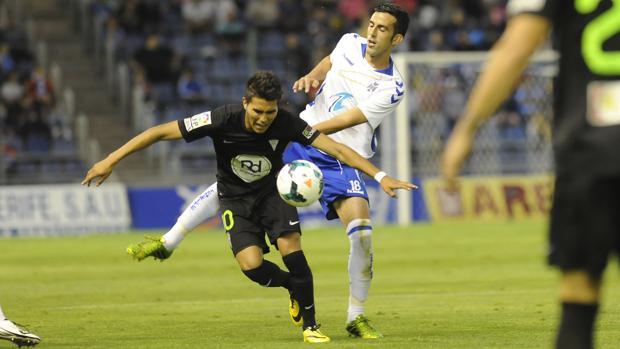 Uli Dávila intenta marcharse de un rival tinerfeño en la temporada 2013/14