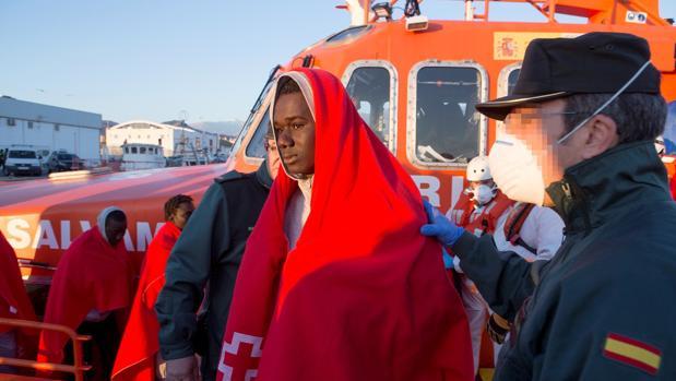 Un Guardia Civil ayuda a un inmigrante en Motril