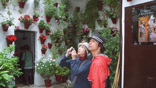 Dos turistas en uno de los Patios de Córdoba