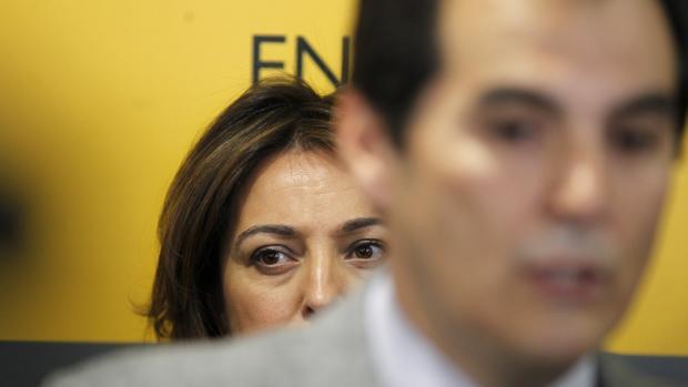La alcaldesa, delante de Nieto, este viernes en la Subdelegación del Gobierno