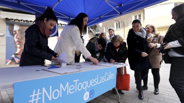 Arranque de la campaña de recogida de firmas del PP en Córdoba