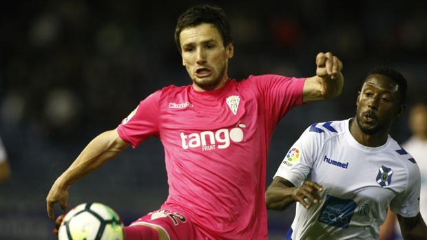 Sasa Jovanovic pelea la posesión del balón ante Samuel Camille, jugador del Tenerife