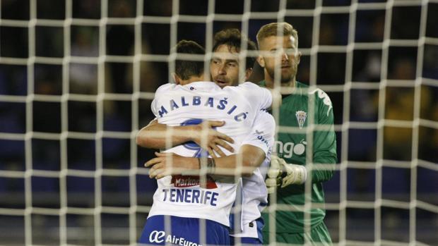 Kieszek observa como Malbasic y Casadesús celebran un gol