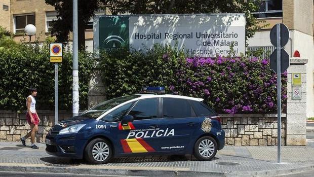 Un coche de la Policia Nacional a las puertas del Hospital Regional de Málaga