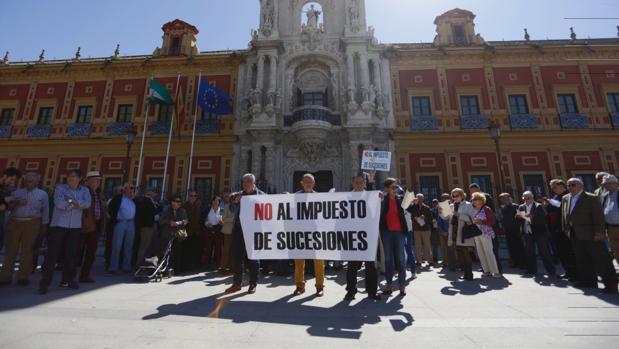Imagen de manifestantes contra este tributo a las puertas de San Telmo en Sevilla