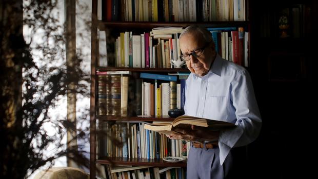 El poeta Pablo García Baena durante una entrevista con ABC