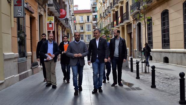 El portavoz de Ciudadanos, Juan Cassá, visitó ayer el entorno del palacio «okupado»
