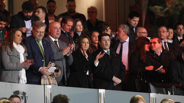 El presidente y propietario del Córdoba CF, Jesús León, junto a la alcaldesa