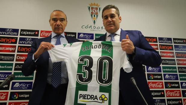 Luis Oliver posa junto a José Ramón Sandoval con el dorsal 30 en la camiseta del Córdoba CF