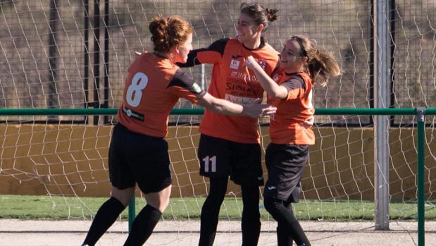 Tres jugadores de El Naranjo celebran un gol