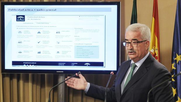 El vicepresidente de la Junta Manuel Jiménez Barrios durante la presentación del Portal en 2015