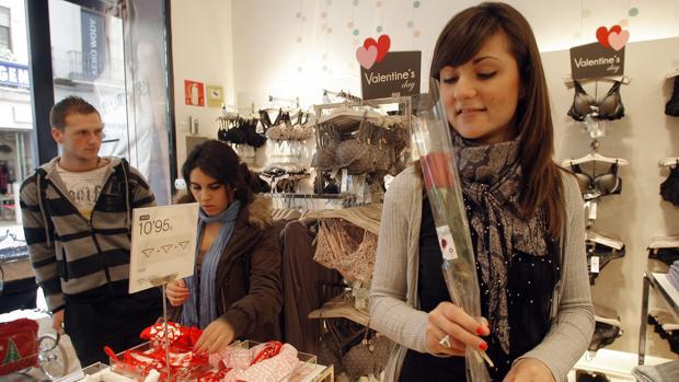 Interior de una tienda decorada con motivo de San Valentín