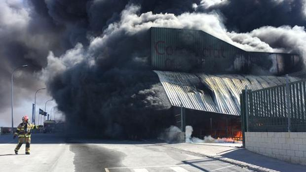 La nave industrial mientras trabajan los bomberos