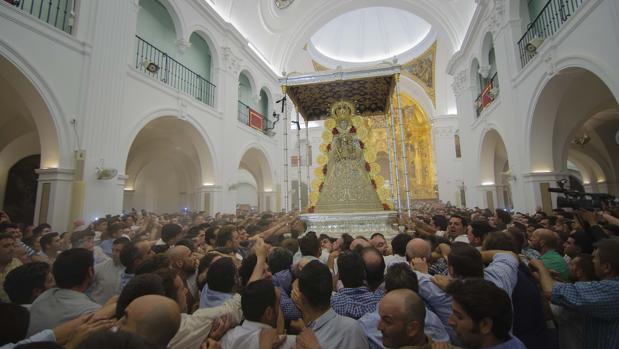 Salida en procesión de la Virgen del Rocío durante la Romería 2017