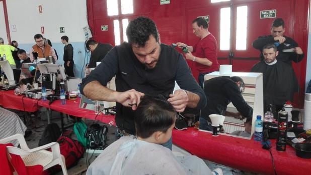 Algunos de los «Peluqueros y barberos solidarios» de Huétor Tajar y alrededores, en acción