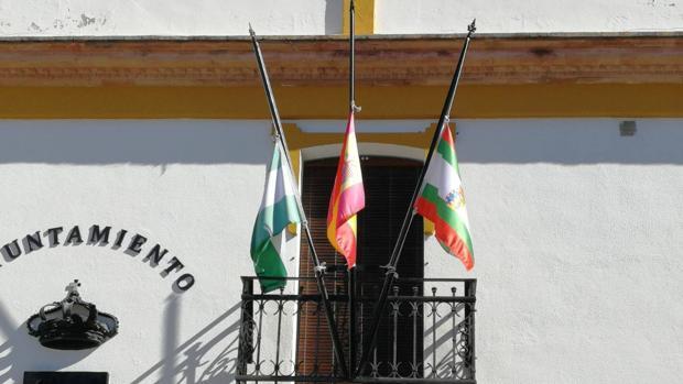 Banderas a media asta en el Ayuntamiento de Lucena del Puerto