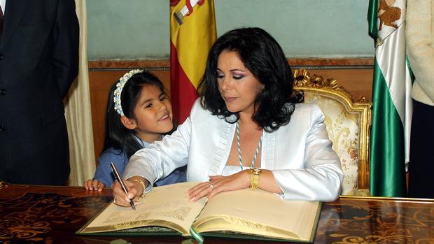 Isabel Pantoja firma en el libro de honor con motivo de la concesión de la Medalla de Andalucía en 2002