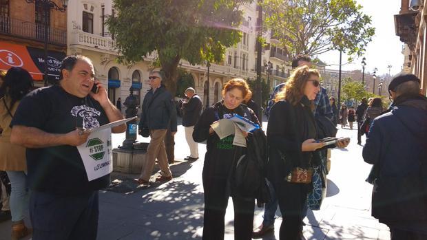 Afectados recogiendo firmas ayer en la capital sevillana