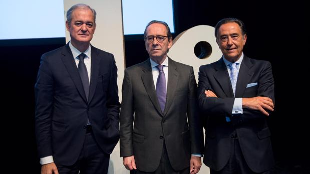 Javier García Lurueña, consejero delegado de Kutxbank; Gregorio Villabeitia, presidente del grupo, y Miguel Ángel Cabello, presidente de Cajasur